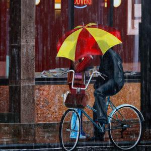 couple, galerie venturini, hotel, JJV, parapluie, pluie, rue, vélo, ville