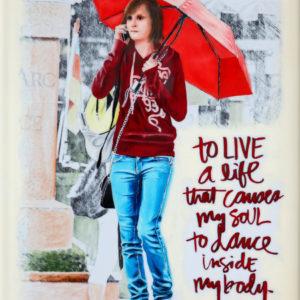 antibes, Femme, galerie venturini, Jeans, JJV, Juan les pins, parapluie rouge, smartphone, ville